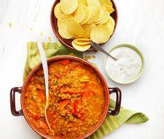 Linsgrytan är en kryddig lunch- eller middagsrätt. Du blandar chili, paprika, purjolök och morötter och fräser i olja, blandar i linserna och tillsätter sedan spiskummin, chilipulver, koriander och salt. Servera grytan med nachochips eller gräddfil. Vegan Vegetarian, Vegetarian Recipes, Lentil Stew, Yummy Food, Tasty, Swedish Recipes, Food Cravings, Veggie Recipes, Lunch
