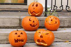 Una simple calabaza de Halloween, sonriendo, dando terror o lamentandose con una linterna es un interior es un elemento tradicional de la decoración de Hal