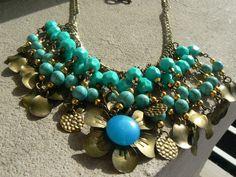 Collar corto a base de turquesas y monedas de bronce...