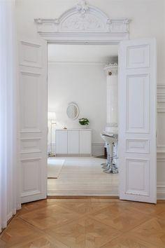 Classic Home / White doors Interior Design Elements, Decor Interior Design, Interior Decorating, Contemporary Interior, Luxury Interior, French Country Interiors, White Interiors, Townhouse Interior, Scandinavian Home