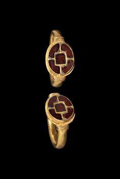 MEROVINGIAN GOLD AND GARNET RING 6th century AD Renaissance Jewelry, Medieval Jewelry, Viking Jewelry, Ancient Jewelry, Old Jewelry, Jewelry Art, Antique Jewelry, Vintage Gold Rings, Antique Rings