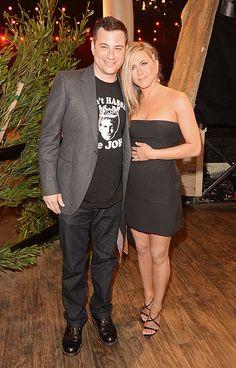 JENNIFER ANISTON    La actriz, a quien vemos aquí junto a Jimmy Kimmel, fue una de las invitadas a esta premiación que otorga Spike TV. Eligió un clásico minivestido strapless negro de la colección Primavera 2013 de Christian Dior y sandalias de tacón en charol.