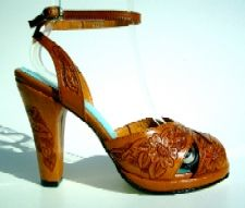 Because I LOVE ankle straps.hand tooled leather detailing reminds me of mexican leather pieces Sock Shoes, Shoe Boots, Shoes Sandals, Leather Tooling, Tooled Leather, Brown Leather, Vintage Shoes, Vintage Style, Vintage Inspired