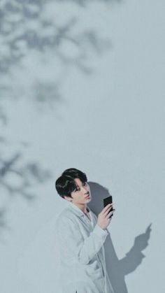 "I love your phone babe "" ohh. I hate you 😑 ( kidding ) HAHA ( imaginary ) Maknae Of Bts, Jungkook Cute, Foto Jungkook, Jimin Jungkook, Foto Bts, Bts Taehyung, K Pop, Hoseok, Jung Hyun"