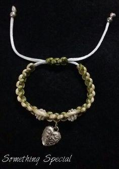 Pulsera en tejido Macramé con Dije de Corazón Something Special, Pearl Necklace, Pearls, Jewelry, Fashion, Woven Bracelets, Tejidos, String Of Pearls, Moda