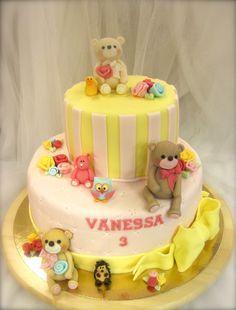 Birthday cake with teddybears :) Nallekarhuja syntymäpäiväkakussa :) www.kakkuhelmi.fi