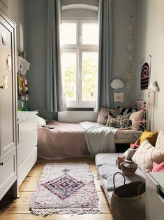 Small Bedroom Ideas for Small Space Home Finding design-savvy ways to magically create extra storage space in a tiny bedroom isn't always easy. Small Room Bedroom, Bedroom Wall, Bedroom Decor, Trendy Bedroom, Bedroom Curtains, Tiny Bedrooms, Window Curtains, Small Bedroom With Couch, Tiny Girls Bedroom