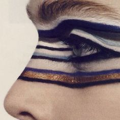 Love this gold and blue colour combination, such a bold makeup look #limedrop #Beauty #inspo