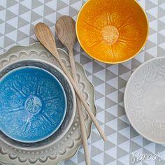 Houten onderbord 'Floral' #plate #tableware #floral http://www.nanaas.nl/a-41346336/schalen-dienbladen/houten-onderbord-floral/