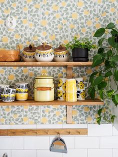 Looks Vintage, Style Vintage, Kitchen Dining, Kitchen Cabinets, Dining Room, Wallpaper Samples, Pattern Wallpaper, Decorating Small Spaces, Basic Colors