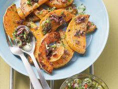 Kürbis vom Grill mit Oliven mariniert - smarter - Zeit: 25 Min. | eatsmarter.de eatsmarter.de #eatsmarter #rezept #rezepte #kuebis #hokkaido #herbst #hauptspeise #grill #olive #zwiebel #kraeuter