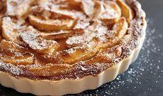INGREDIENTES   5 manzanas Golden 1 vaso de harina 1 vaso de azúcar 1 sobre de levadura 2 huevos 1 vaso de leche Brandy 3 cucharadas de mermelada de albaricoque Corteza de Almond Tart Recipe, Pear And Almond Tart, Pear Tart, Tart Recipes, Wine Recipes, Sweet Recipes, Tarte Caramel, Fig Cake, Baked Pears
