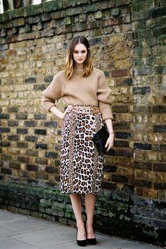 大地色系的毛衣与豹纹元素搭配在一起总是非常和谐