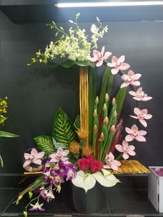 Newest Free composition florale Tulip Concepts Extensive reside the tulip ! Creative Flower Arrangements, Tropical Flower Arrangements, Flower Arrangement Designs, Artificial Floral Arrangements, Church Flower Arrangements, Beautiful Flower Arrangements, Beautiful Flowers, Ikebana Flower Arrangement, Simple Flowers