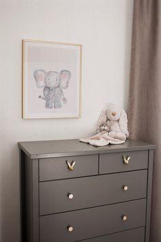 Sovrumsdetaljer   Linnéa Rosengren blogg Green Rooms, Dresser As Nightstand, Room Interior, Baby Love, My House, Baby Kids, Kids Room, Ikea, Kids Fashion