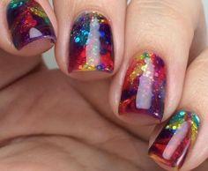 Jouez avec la transparence de l'ongle pour un nail art rainbow pailleté.