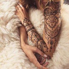 """Sono una delle mode del momento e in gergosono conosciuti come """"tattoo sleeve"""", letteralmente """"tatuaggi-manica"""", ovvero sono i tatuaggi che ricoprono e avvolgono l'intero braccio, proprio come se fossero le maniche di una bella maglietta…indossate sulla nostra pelle! Di seguito la nostra selezione per ispirare i vostri prossimi tatuaggi:   Se non riesci a …"""