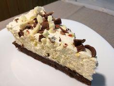 A fekete-fehér csokitorta egy olyan különleges, csupa csoki torta, amely valóban szinte csak csokoládét tartalmaz. A piskótájában nincs liszt, csokoládé annál inkább. A mennyei krémjének alapját szintén a csokoládé adja. És hogy miért fekete-fehér? Mert az étcsokoládét és a fehér csokoládét kombináljuk.