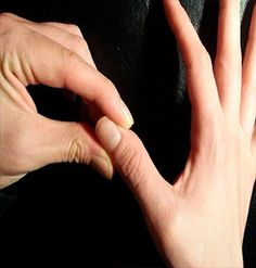 La Reflexología y la Acupuntura autoadministrada son excelentes maneras de otorgar un alivio rápido y discreto para una variedad dolores y síntomas, sin tener que esperar para una cita al doctor, obstaculizar tu rutina o tocar las áreas sensibles donde se encuentra el dolor. Anuncio La Acupresión y la Acupuntura trabajan sobre los mismos principios …
