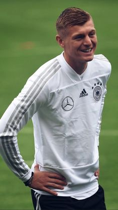 Real Madrid, Germany Football Team, Thomas Muller, Dfb Team, Toni Kroos, Sports Celebrities, Haircuts For Men, Persona, Chef Jackets