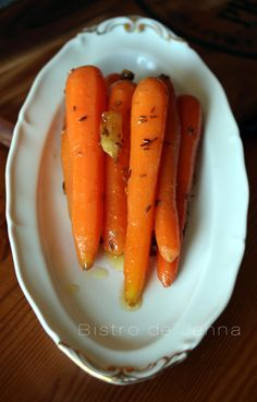 Carottes glacées au miel et aux épices INGREDIENTS: (pour 4 personnes) 20 carottes nouvelles (petites et fines) 5 gousses d'ail 15 g de beurre 1 c.à.soupe de cumin 2 c.à.soupe de vinaigre aux épices 1 c.à.soupe de miel au romarin fleur de sel  ༺༻༺༻༺༻༺༻༺༻༺༻...