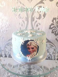 Yesim Elsa-Torte Kreation. Perfekt in Arbeit und Dekoration! Mit Tortenaufleger setzt Ihr Eure Torte perfekt in Szene. #tolletorten #elsa #elsatorte #eiskönigin  http://www.tolletorten.com/Tortenfotos-Fondantpapier:::546.html