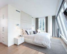 chambre adulte avec un grand lit tout confort et coussins comme déco