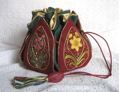 Reticule Finished embroidery – a stumpwork embroidery 'petal bag' by Janet Granger. October 2009 by Janet GrangerStumpwork Embroidery Petal Bag ~ design from 'Elizabethan Needlework Accessories' by Sheila Marshall ~ embroidered by Janet Gra Embroidery Stitches, Hand Embroidery, Embroidery Designs, Japanese Embroidery, Flower Embroidery, Cross Stitches, Medieval Embroidery, Estilo Hippie, Dice Bag