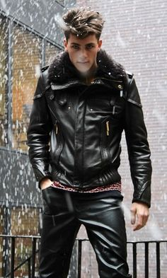 Men's Leather Jackets: How To Choose The One For You. A leather coat is a must for each guy's closet and is likewise an excellent method to express his individual design. Leather jackets never head out of styl Tight Leather Pants, Leather Trousers, Leather Jacket, Jacket Jeans, Leather Fashion, Leather Men, Fashion Moda, Mens Fashion, Fashion Wear