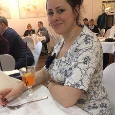 Моя дочь Валя.Обычная молодая петербурженка.Замужемодно дитя девочка.Оглядываясь назадвспоминаю себя такой же молодой и жизнерадостнойне верящейчто наступит пенсия.Жизнь быстротечна.