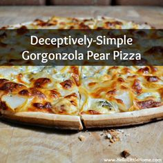 This Easy Gorgonzola Pear Pizza is quick, easy to make, and delicious. Serve this Pear and Blue Cheese Pizza for a party or for a yummy weeknight dinner! Flatbread Recipes, Pizza Recipes, Dinner Recipes, Pear Pizza, Pizza Pizza, Gorgonzola Pizza, Prosciutto, Vegetarian Entrees, Halloween Birthday