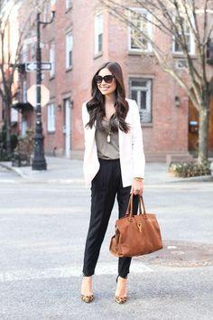 Outfit de oficina. Chica usando un pantalón negro, una blusa color café y un saco color marfil