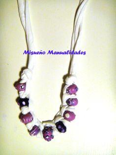 Collar de trapillo blanco con beads de Fimo en tonos lilas.  www.misuenyo.com / www.misuenyo.es