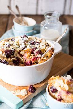 Kirschmichel mit Mandelblättchen Süßer Brotauflauf