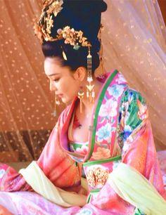 Hanfu:traditional Chinese costume. Zhang Xinyu in 'Empress of China'. Asian Style, Chinese Style, Pacific Girls, The Empress Of China, Chinese Movies, Period Outfit, Beauty Portrait, Chinese Actress, Hanfu