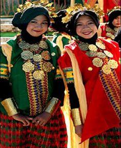 Traditional costume from Makassar, Baju Bodo Ethnic Diversity, Ethnic Outfits, Makassar, People Around The World, Traditional Outfits, Costume Design, Sari, Costumes, Exotic