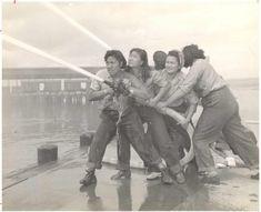 Volutárias aprendem a combater incêndios em Pearl Harbor  (1941 - 1945).