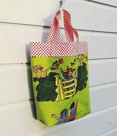 Liten nostalgisk handleveske med Pippi på :) Reusable Tote Bags, Sewing, Crafts, Dressmaking, Manualidades, Couture, Stitching, Handmade Crafts, Sew