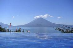 a 1 560 m d'altitude,le lac atitlán est bordé par trois volcans, le san