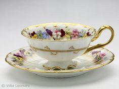 Šálek na čaj * bílý porcelán s malovanými maceškami, zdobený zlatem.