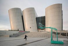 Photographer Raphael Olivier documents the eerie ghost town of New Ordos in China, and its partially complete, mostly abandoned architecture projects. Haunting Photos, Surreal Photos, Ghost City, Ghost Towns, China Architecture, Architecture Details, Library Architecture, Welcome Design, City Museum