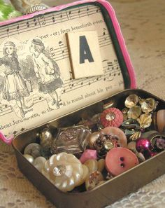 Love~my grandmother had a button box stashed in her old sewing machine cabinet. It was a treat to play with them each time I visited!♥ My mother kept her buttons in a large tin can. What fun to go thru them at times of boredom. Shabby Vintage, Vintage Sewing, Shabby Chic, Button Art, Button Crafts, Button Hole, Altered Tins, Altered Art, Little Mercerie