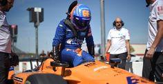 """Fernando Alonso dichiara di stare """"partendo da zero"""" per la 500 di Indianapolis Fernando Alonso ha avuto il suo primo assaggio del nuovo aerokit universale speedway al Texas Motor Speedway martedì, quando si è unito per la prima volta alla squadra di nuova formazione di IndyCar della McLaren. Lo spagnolo ha scosso il nuovo telaio IR18, costruito nella base britannica della McLaren a Woking, e ha iniziato a riacclimatarsi con il circuito di configurazione ovale. La McLaren h Automobile, Home Appliances, Circuit, Car, House Appliances, Motor Car, Kitchen Appliances, Autos, Cars"""