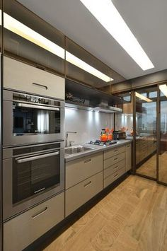 """Beautiful and compact kitchen, the glass door reflects """"hidden"""" the lavandeira! Compact Kitchen, New Kitchen, Kitchen Dining, Kitchen Decor, Kitchen Cabinets, Decorating Kitchen, Small U Shaped Kitchens, Cocinas Kitchen, 3d Home"""