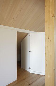 Beautiful Schrank in Dachschr ge mit offenem Durchgang zu Nische hinter Schrank Sockel an Front befestigt