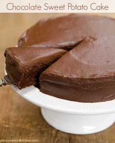 Sweet Potato Chocolate Cake with Chocolate Frosting (vegan, oil-free) Leckere Schokoladentorte – Vegan und ohne Öl – mit Süsskartoffeln – GENIAL *** Chocolate Sweet Potato Cake with Chocolate Sweets Frosting Healthy Vegan Dessert, Vegan Treats, Healthy Desserts, Desserts Végétaliens, Brownie Desserts, Dessert Recipes, Cake Recipes, Fudge Recipes, Casserole Recipes