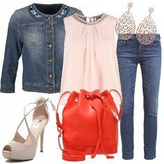 La semplicità di un normale jeans abbinata con una maglia dal delicato color pesca con sopra un top dal colletto particolare corredato da una borsa a secchiello, una scarpa spuntata, orecchini e orologio con cinturino color oro.