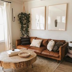 The case of the tan sofa, never gets old!😍😍Friday inspiration pinned on our @pinterest account. Boho Living Room, Tan Sofa Living Room Ideas, Brown Leather Couch Living Room, Tan Leather Sofas, Rustic Modern Living Room, Living Room With Plants, Vintage Modern Living Room, Modern Farmhouse, Leather Pillow