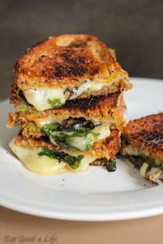 and spinach sandwich Grilled cheese spinach sandwich from you can use any cheese of your choice.Grilled cheese spinach sandwich from you can use any cheese of your choice. Roast Beef Sandwich, Grill Sandwich, Soup And Sandwich, Sandwich Recipes, Pesto Sandwich, Tacos, Tostadas, Think Food, Love Food