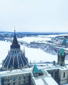 For best views in Ottawa climb the Peace Tower of the Parliament.  Kanadan parlamenttitalo on rakennettu Ottawan korkeimmalle kohdalle. Me kiivettiin eilen parlamentin torniin ihastelemaan näkymiä.  #ottawa #myottawa #igersottawa #kanada #canada #parlamentti #parliament #maisema #talvi #travel #matkalla #reissu #mondolöytö #ig_travel #igtravelthursday #passionpassport #matkailu #matkabloggaaja #matkablogi (via Instagram)